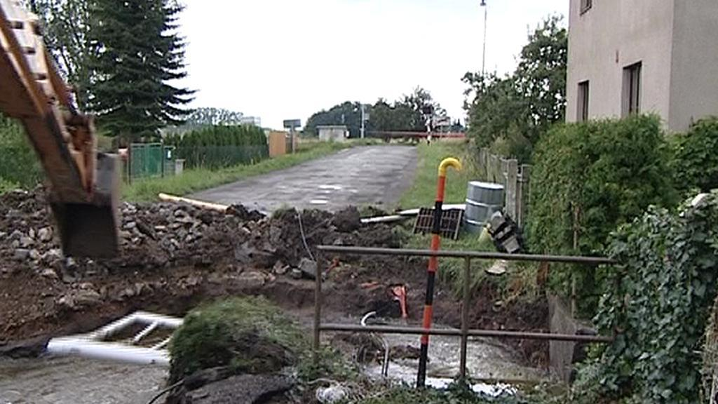 Přerušená silnice na okraji Slatiňan