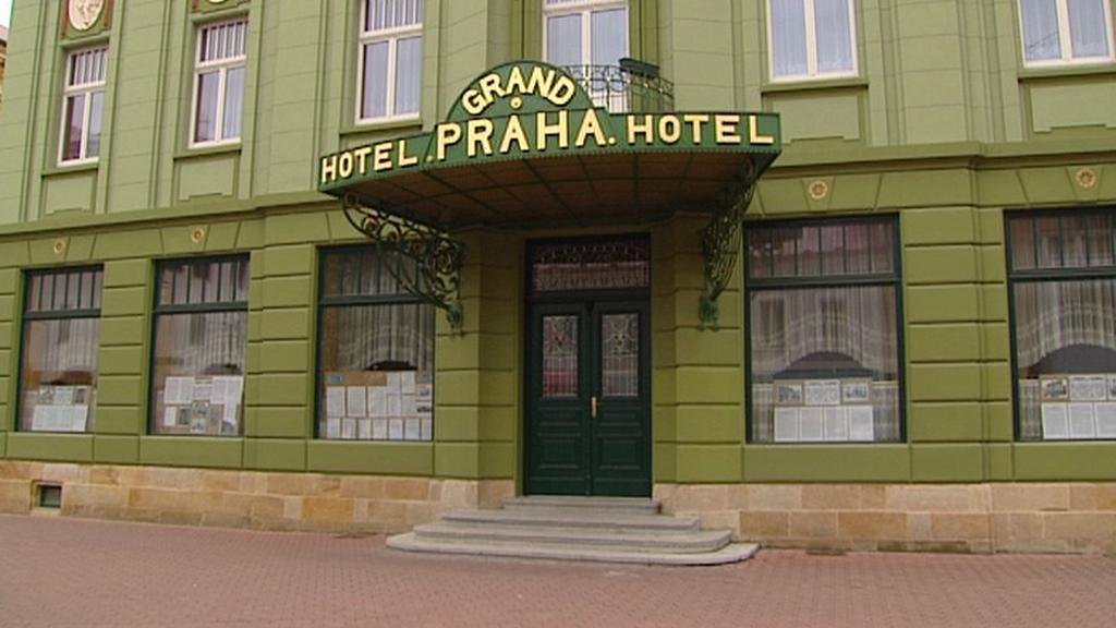 Čelní portál hotelu Praha