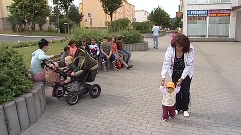 Obyvatelé Rotavy posedávají na palisádách
