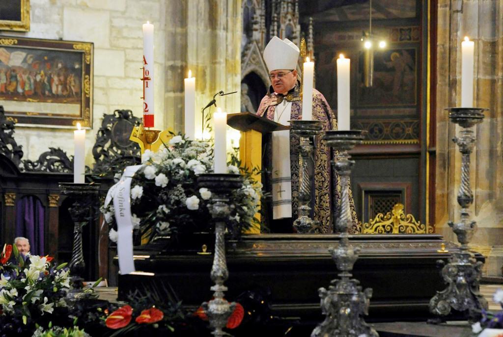 Dominik Duka při pohřbu Eduarda Janoty