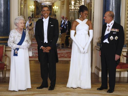 Americký prezidentský pár na recepci v Buckinghamském paláci