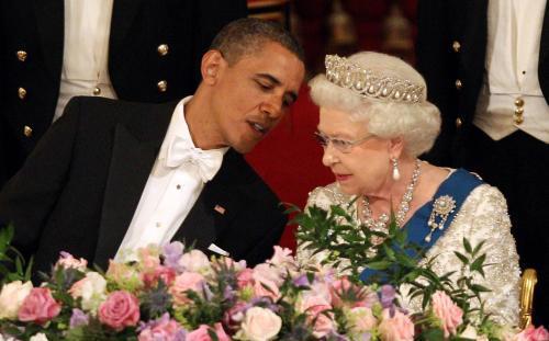 Barack Obama si špitá s královnou během večeře v Buckinghamském paláci