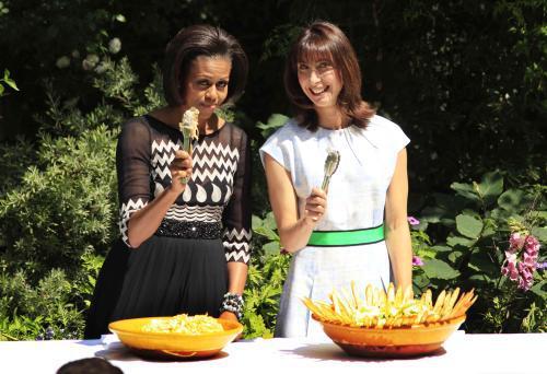 Michelle Obamová a Samantha Cameronová připravily na zahradě Downing Street grilování