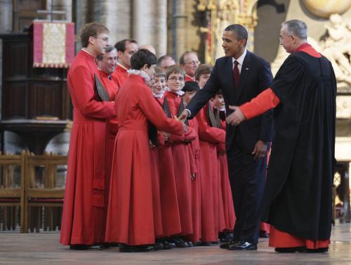 Obama zdraví členypěveckého sboru ve Westminsterském opatství