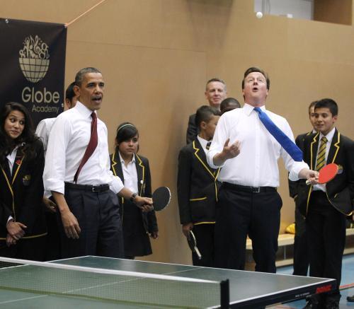 Obama a Cameron si stihli zahrát stolní tenis