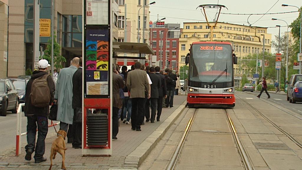 Tramvaj na zastávce