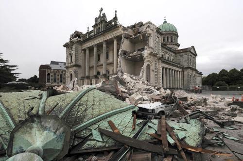 Trosky katedrály v ulicích města Christchurch