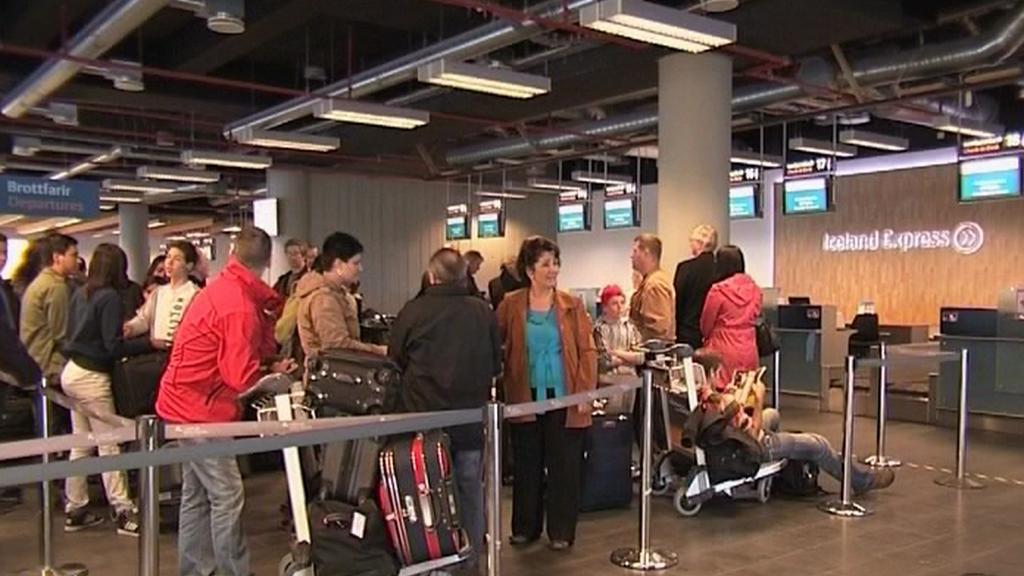 Cestující čekající na letišti