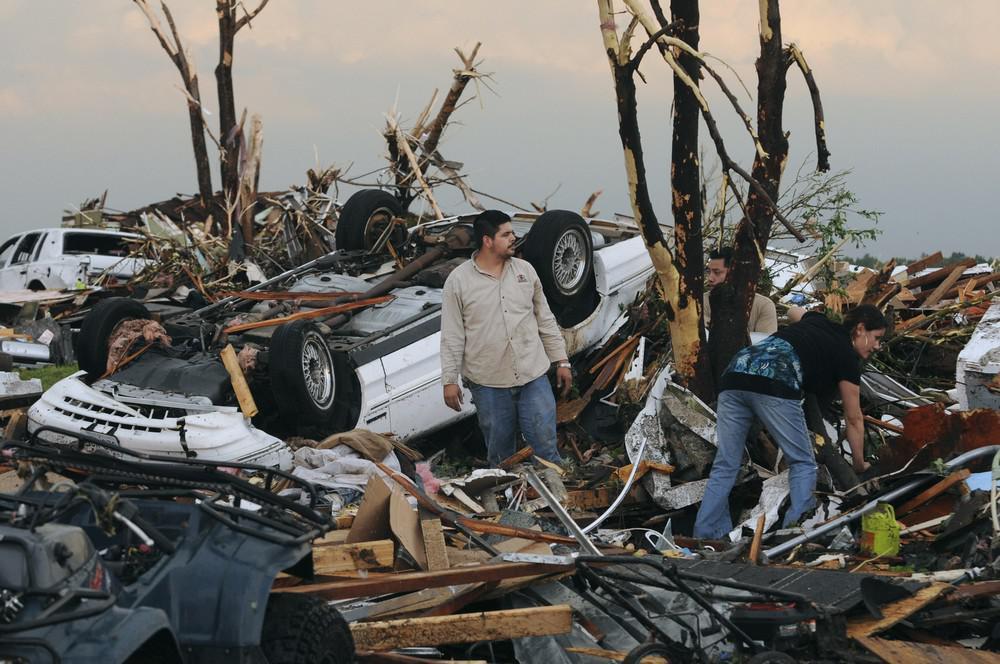 Obyvatelé města Joplin hledají zbytky svých domovů