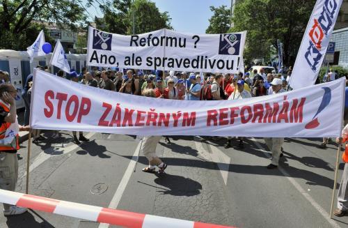 Demonstranti ukazují první transparenty