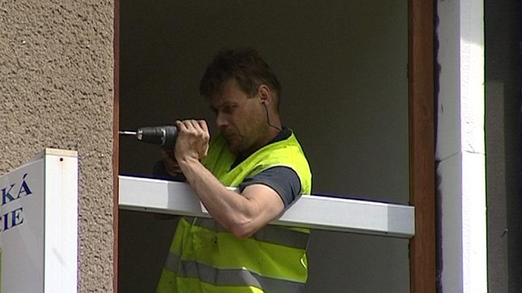 Řemeslník vyměňuje okno