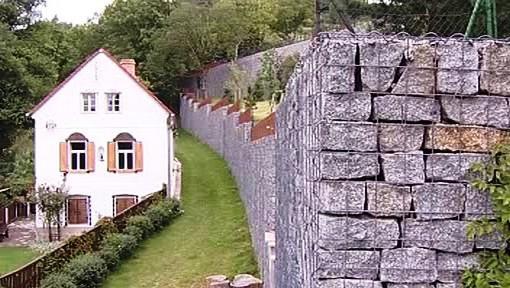 Zdi kolem pozemku Patrika Oulického