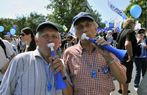 Odboráří si demonstraci zpříjemňují troubením a pískáním