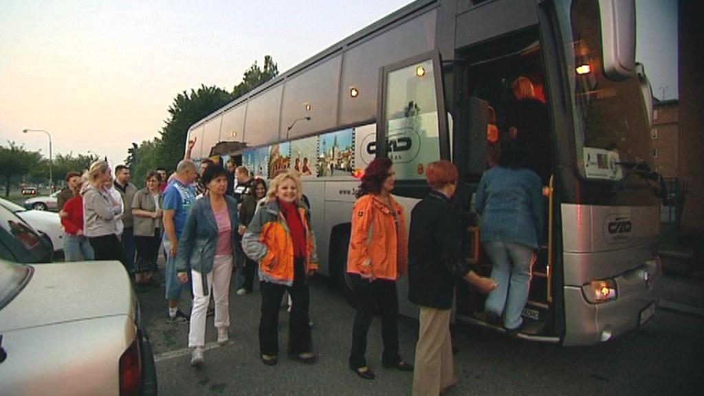 Odboráři nastupují do autobusu