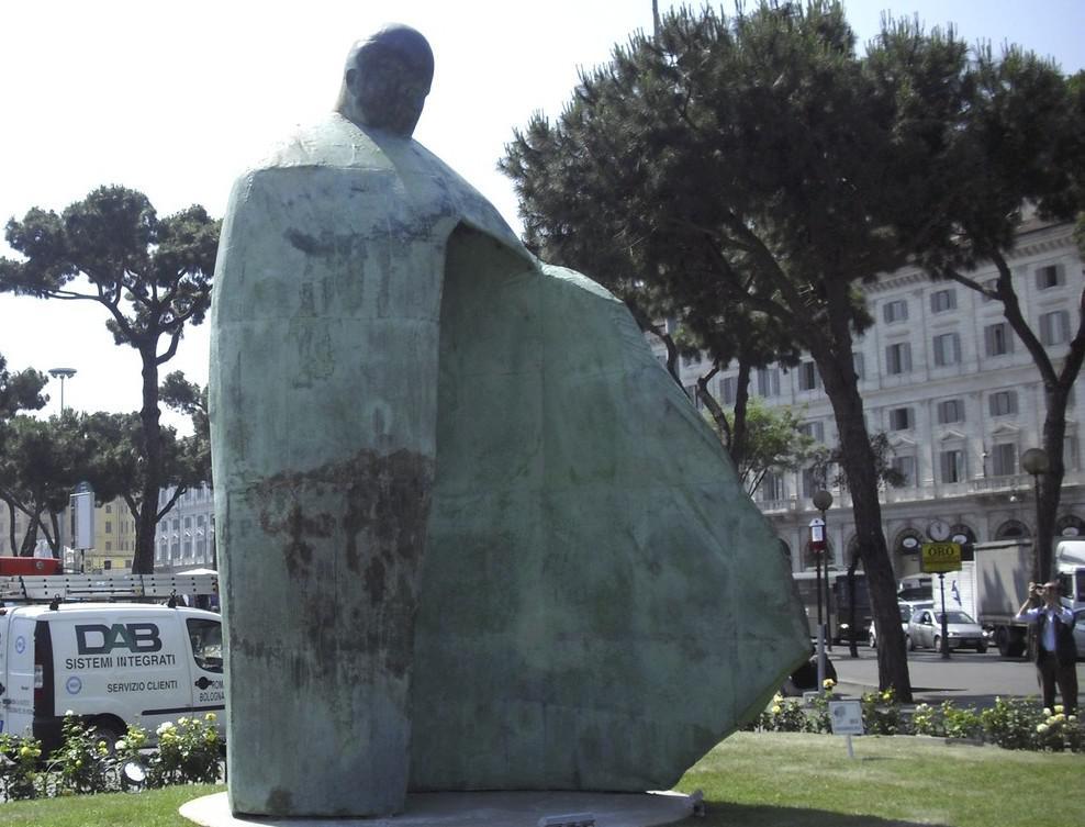 Kontroverzní socha Jana Pavla II.