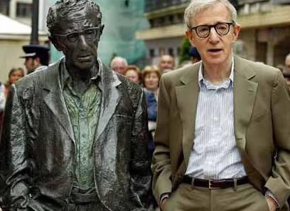 Woody Allen se svou sochou v New Yorku