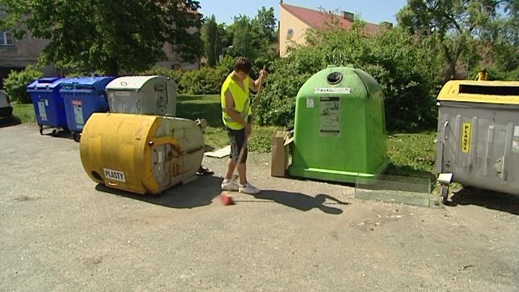 Úklid stanoviště kontejnerů v Jaroměři