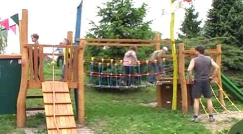 Děti si užívají na novém hřišti