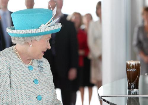 Britská královna v pivovaru Guinness