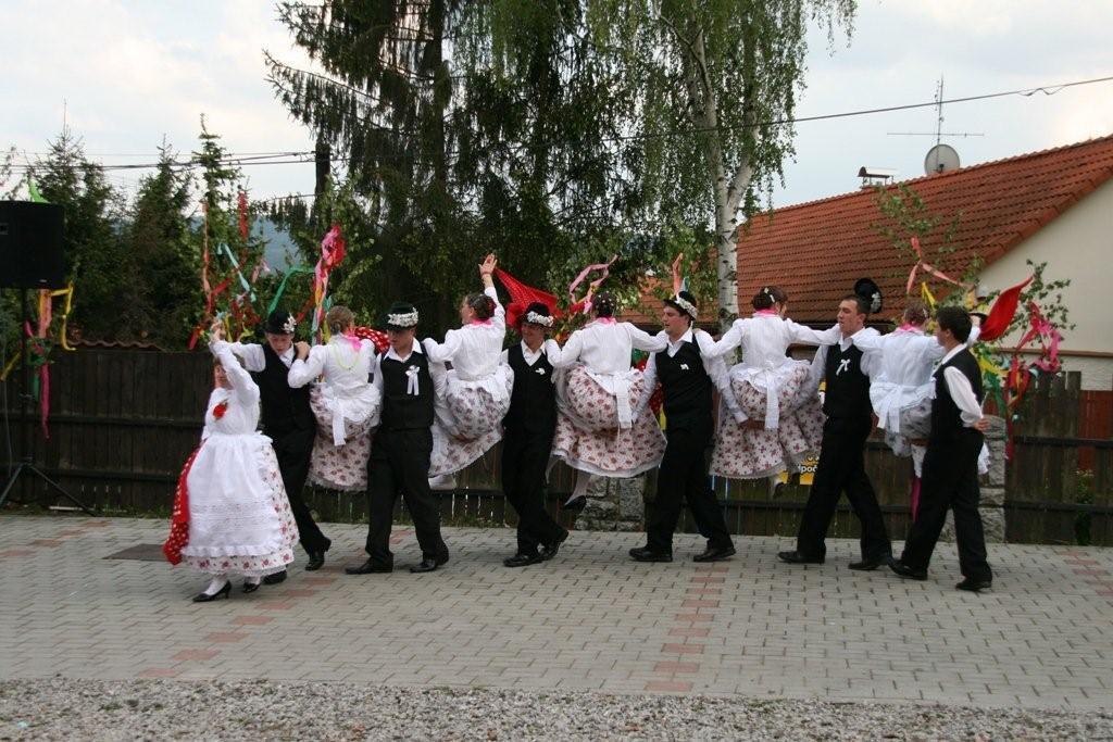 Rumunští tanečníci při loňském vystoupení ve Všeradicích