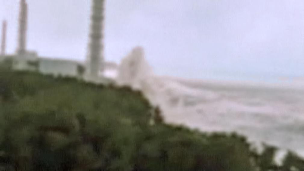 Patnáctimetrová vlna tsunami zaplavuje Fukušimu