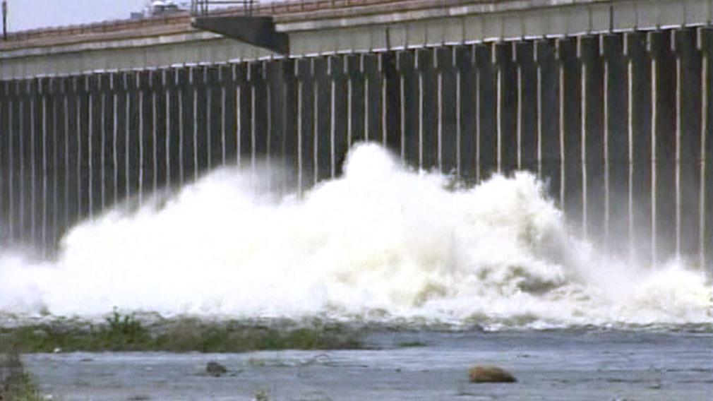 Otevření vrat protipovodňové hráze na Mississippi