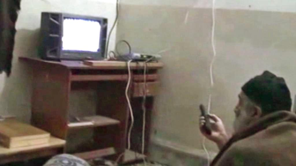 Usáma bin Ládin při sledování videa