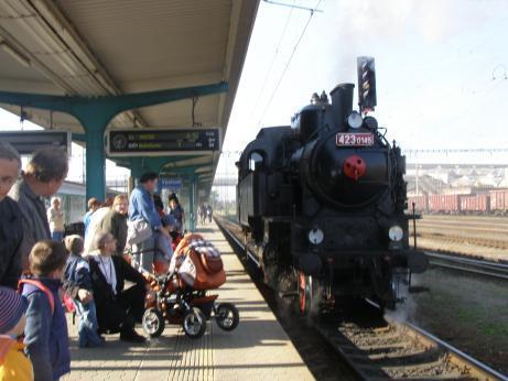 Parní vlak na cestě z Hradce Králové do Dvora Králové n. L.