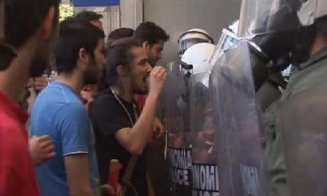 Řečtí demonstranti a policie