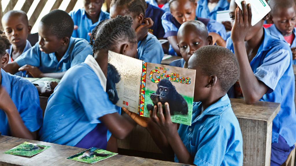 Africké děti s pohádkami o gorilách
