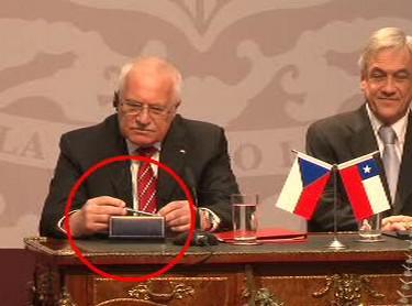 Václav Klaus si prohlíží protokolární pero