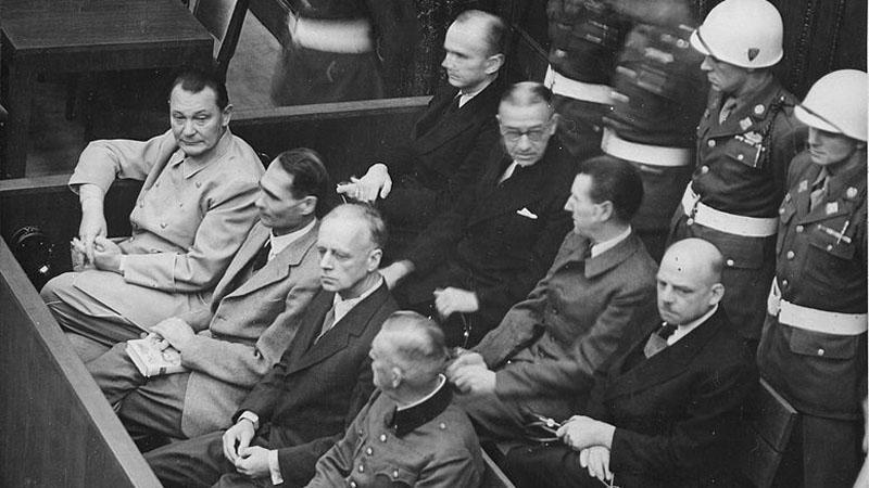 Rudolf Hess (druhý zleva) při Norimberském procesu