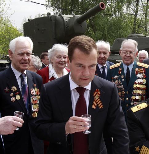Dmitrij Medvěděv si dal vodku s veterány
