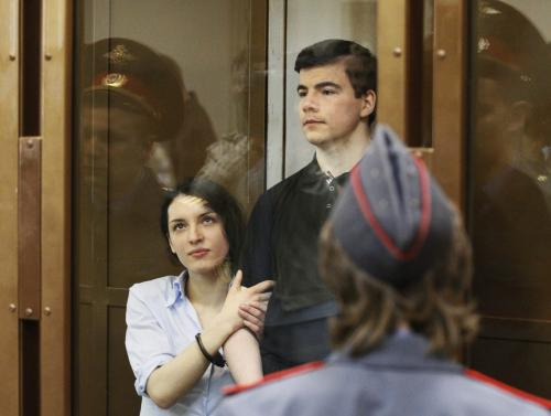 Nikita Tichonov a Jevgenija Chasisová před soudem
