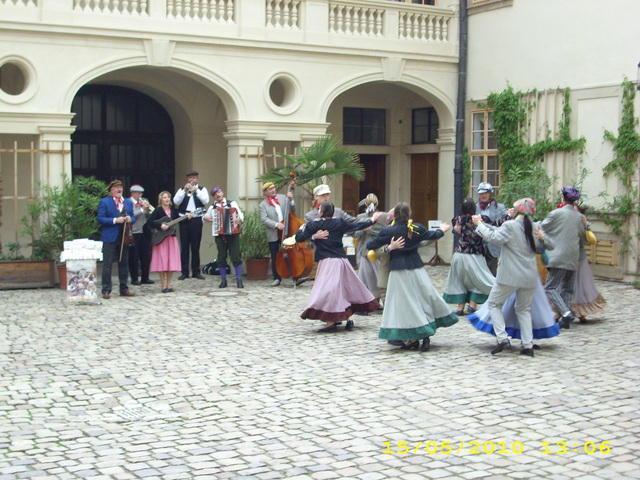 Staročeské máje na nádvoří zámku - Mníšek pod Brdy