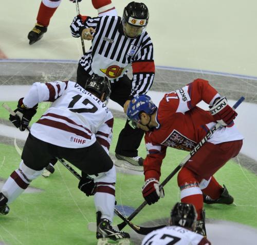 Úvodní vhazování zápasu Česko - Lotyšsko