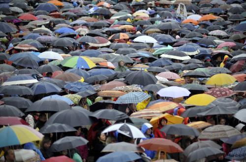 Lidé v Krakově sledují beatifikaci Jana Pavla II.