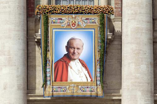 Jan Pavel II. shlíží ze spuštěného plátna