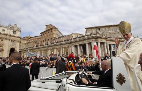 Benedikt XVI. přijíždí na Svatopetrské náměstí