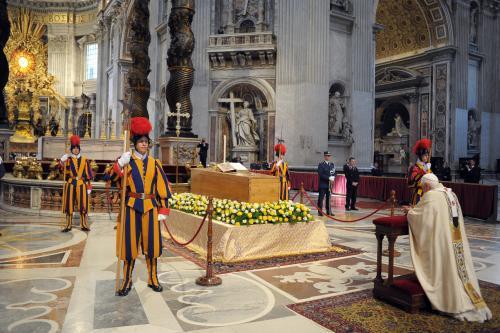 Benedikt se klaní rakvi s ostatky Jana Pavla II.