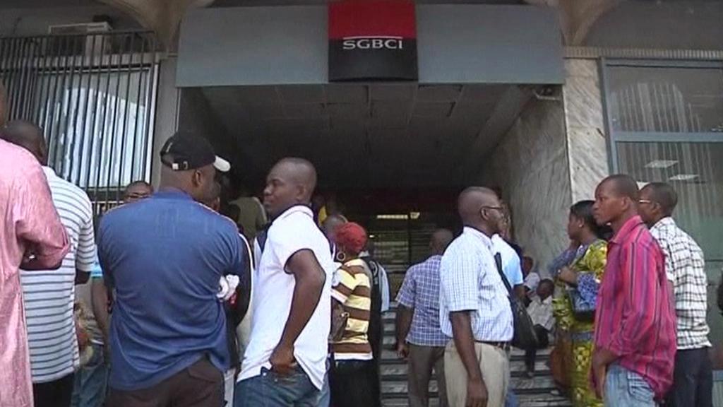 Fronty před bankou v Pobřeží slonoviny