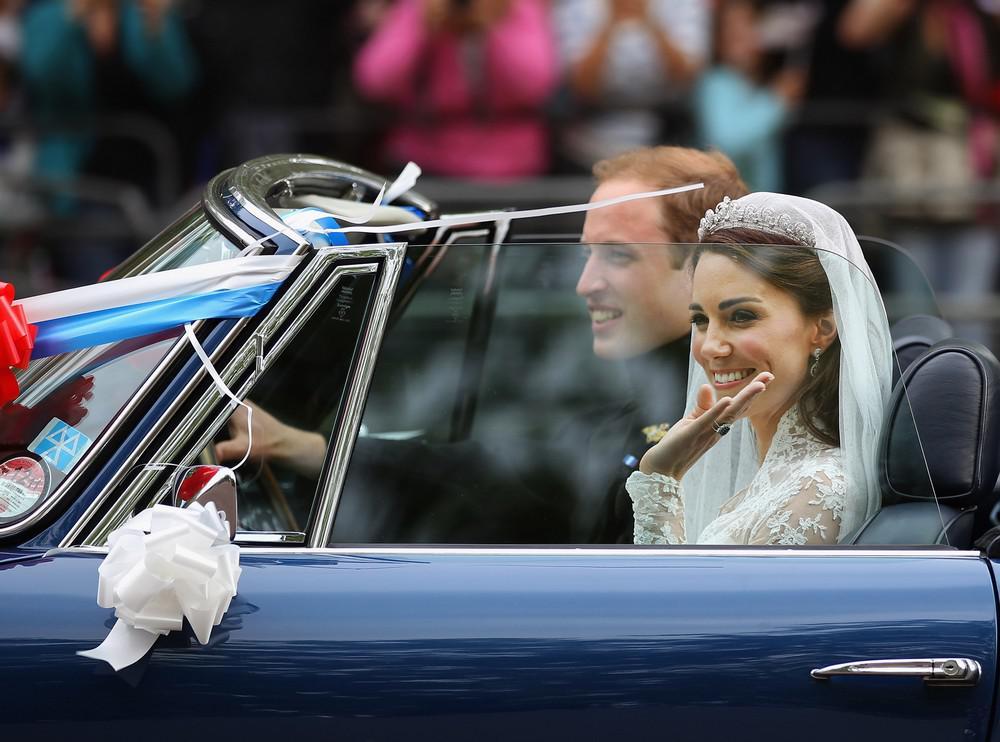 Novomanželé odjeli z Buckinghamského paláce v modrém kabrioletu Aston Martin