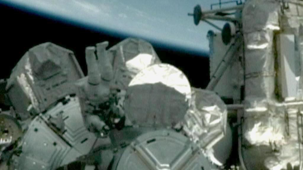 Astronaut upravuje vnější zařízení ISS