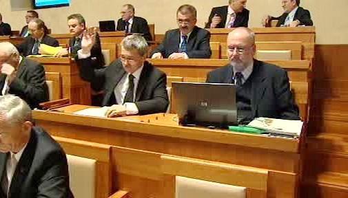 Senátoři při hlasování