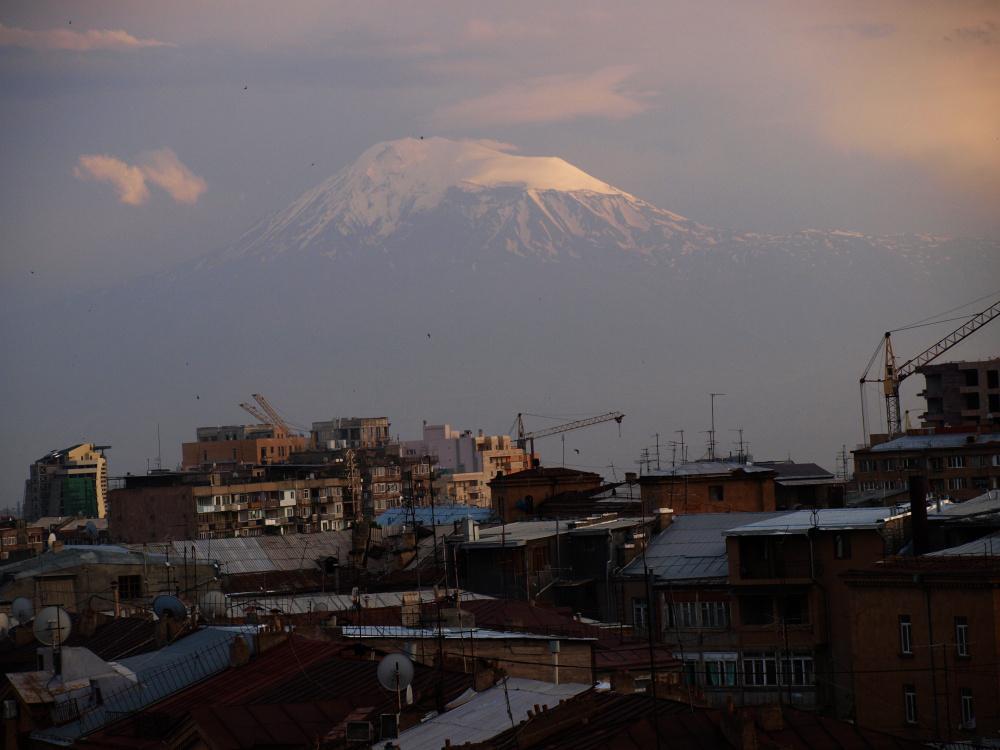 Hora Ararat a Jerevan v popředí