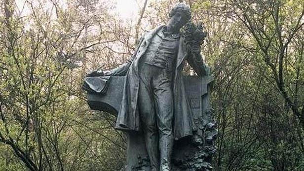 Socha K. H. Máchy na Petříně