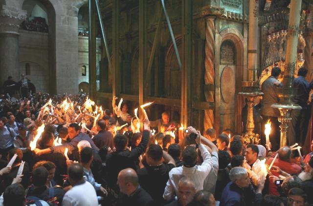 Velikonoce - svěcení ohně před chrámem