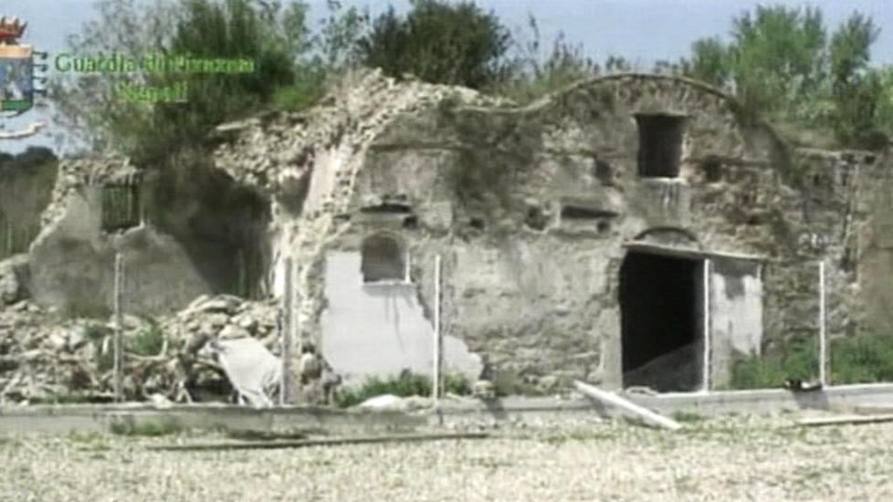 Na skládce odpadu v Pozzuoli objevili policisté římské mauzoleum