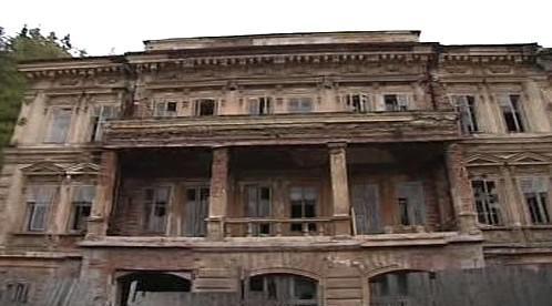 Zchátralá budova lázní v Kyselce