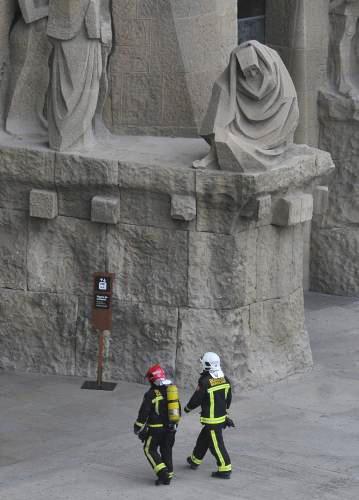 Hasiči před chrámem Sagrada Familia